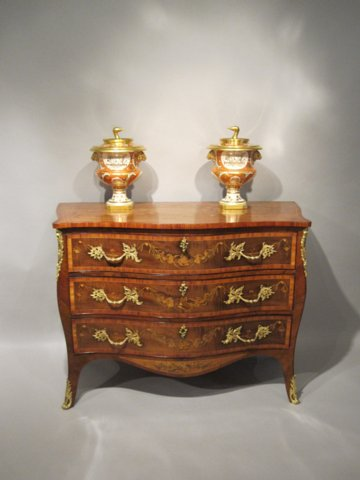 VERY FINE GEORGE III MARQUETRY SERPENTINE COMMODE, CIRCA 1775 - Click to enlarge and for full details.